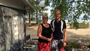 Sipoolaiset Kirsti Halonen ja Hannu Korhonen viihtyvät vakiopaikallaan Ruokkeen Lomakylässä.