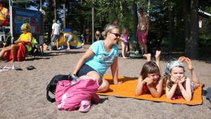 Elina Ryhänen, Noora Ollikainen, 7, ja Milla Oksa, 7. Espoon Mellstenin uimarannalla.