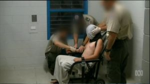 Vartijat sitovat vankia tuoliin.