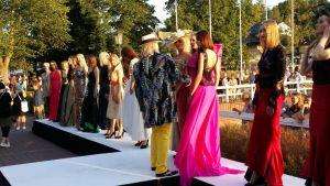 Taiteilija Jukka Rintalan asuja esiteltiin Naantalin helteisessä illassa.