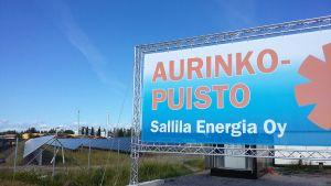 Sallila Energia, Aurinkopuiston kyltti lähikuvassa