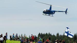 Helikopteri nousee yleisön yli MM-rallissa Jyväskylässä.