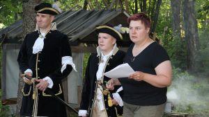 Ohjaaja Piia Kleimola (oikealla) ja nuoria näyttelijöitä, Kustaan sota, kansanooppera, Anjala, Kouvola