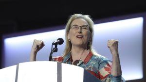 Kuvassa näyttelijätär Meryl Streep on lavalla demokraattien puoluekokouksessa Philadelphiassa Yhdysvalloissa.