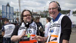 Jussi Lindroos (vas.) ja Tony Melville selostavat jälleen yhdessä vuoden 2017 Suomen MM-rallia.