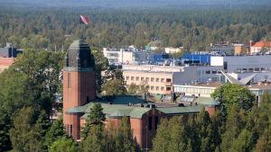 Joensuun kaupungintalon katolla liehuu lippu.