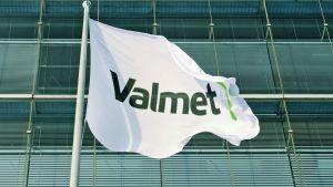 Valmetin lippu yhtiön pääkonttorin edessä Espoon Keilarannassa 6. helmikuuta 2014.