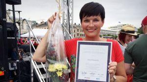 Salla Paajanen, Vuoden positiivisin tamperelainen persoona, kädessään kunniakirja