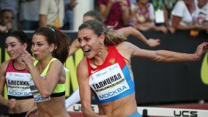 Ekaterina Galitskaja ja Anastasia Nikolajeva 100 metrin aidoissa torstaina Moskovassa.