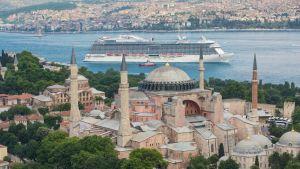 Ensi perjantaina Helsinkiin saapuva 330 metriä pitkä Regal Princess -alus on kesän suurin risteilijävieras. Aluksen koosta saa hieman mittakaavaa, kun se on kuvattu Istanbulissa valtavan Hagia Sofian takana Bosborinsalmessa.