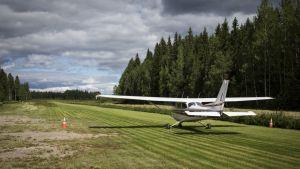 Cessna rullaa nurmikentällä