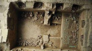 Ylhäältäpäin otettu kuva haudan kammioista ja niiden luurangoista.