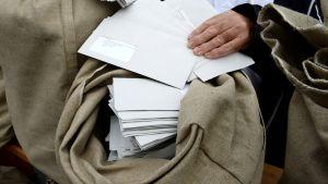 kirjeitä postisäkissä