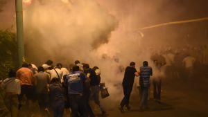 Poliisiaseman valtaajia tukeneita mielenosoittajia.