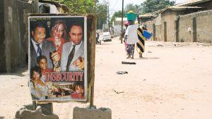 Nigerialaisen Nollywood-elokuvan mainos elokuvateatterin edustalla .