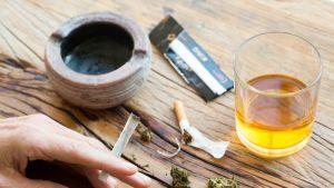 Kannabista, tupakkaa ja alkoholijuoma.