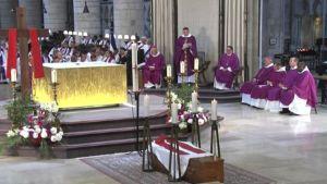 Krkkoon tehdyssä hyökkäyksessä surmatun papin hautajaiset.