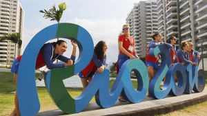 Serbian naisten koripallojoukkue poseeraamassa Rio2016 -kyltillä Olympiakylässä 2. elokuuta.