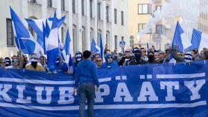 HJK-fanit marssivat Veikkausliigaotteluun HIFK:ta vastaan 24.8.2015.