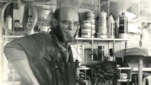 Taiteilijaprofessori Simo Hannula atelieessaan Espoossa vuonna 1980.