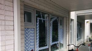 Oulun moskeijan rikkoutuneet ikkunat