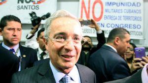 Senaattori Álvaro Uribe kampanjoimassa Bogotassa keskiviikkona.