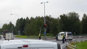 Poliisit ohjaamassa liikennettä