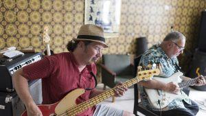 Robban Hagnäs soittaa bassoa. Taustalla Duke Robillard.