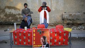 Vaalivirkailijoita äänestyspaikan edustalla