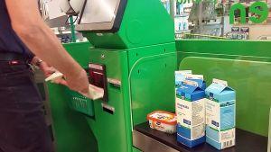Mies suorittaa ostoksia itsepalvelvelukassalla kaupassa