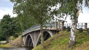 Satavuotias Alvettulan silta elokuussa