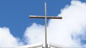 Risti rukoushuoneen katolla