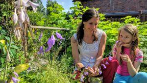 Katariina ja Veera Vuori puutarhassa