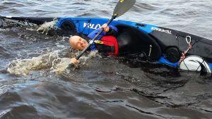 K&C melontaseuran puheenjohtaja Pekka Saavalainen näyttää miten merikajakilla tehdään eskimokäännös.
