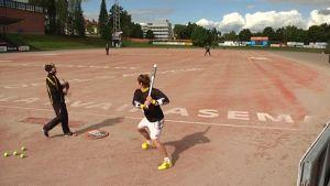 Kouvolan Pallonlyöjät harjoittelee pesäpallostadionilla.