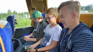 Riku Hätinen, Asser Remekselä ja Niko Horttanainen ensimmäisellä Pokémon GO -pelimatkalla linja-autossa.