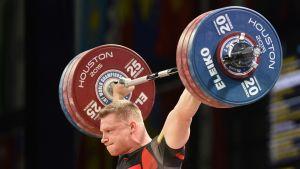 Tomasz Zielinski nostaa painoja.