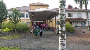 Halkosaaren koulussa oppilaat saivat paljon uusia koulukavereita.