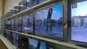 Televisioita kaupassa.