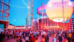 Punertavana hohtava Bright Balloon 360° -lava on Flow Festivalin näyttävimpiä yksityiskohtia.