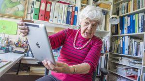 Saimi Tikkanen käyttää iPadia.