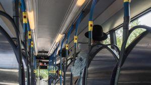 Bussissa matkustajia.