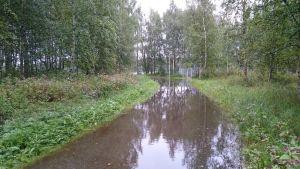 Vesi lainehtii pyörätiellä Vaasassa.