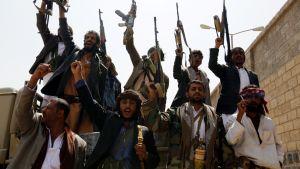 Huthi-kapinalliset rekrytoivat Jemenin pääkaupungissa Sanaassa järjestämässään tilaisuudessa taistelijoita riveihinsä.