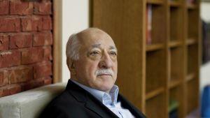 Kasvokuva sohvalla istuvasta Fethullah Gülenistä.