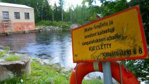 Kalastuksen kieltävä kyltti Siuronkosken rannalla