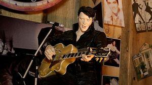 Elvis-nukke soittaa kitaraa ja laulaa.