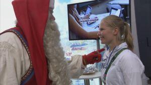 Joulupukki tapasi taekwondoin Suvi Mikkosen Finland Housen avajaisissa.