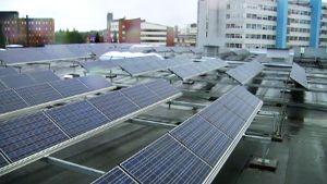 Aurinkokennoja talon katolla.