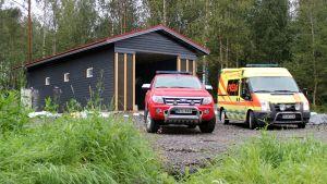 Pelastuslaitoksen autoja Kolin rakenteilla olevan paloaseman edustalla.